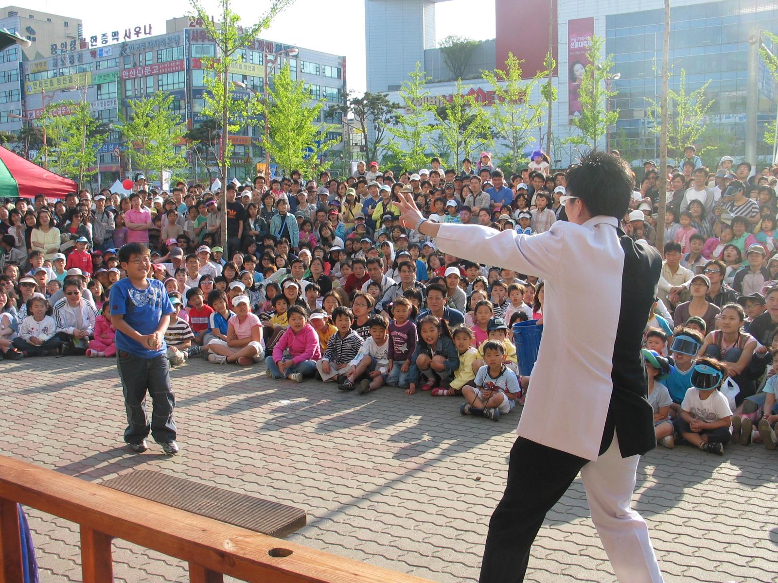 Mr Bottle performing at the Ansan Street Art Festival